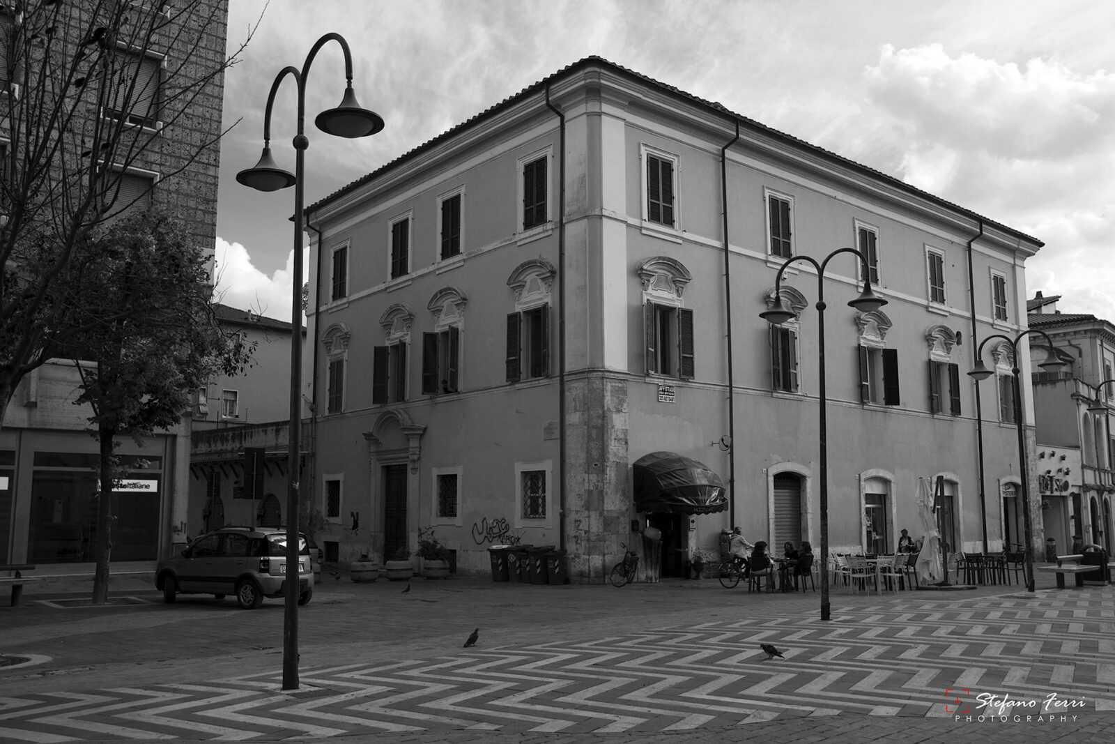 Terni, piazza Solferino, vista di palazzo con bar e ufficio postale